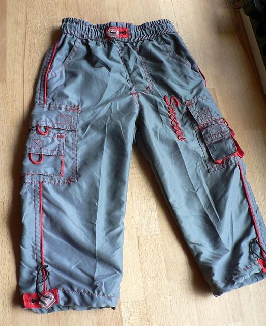Sportovní kalhoty se spoustou kapes ;) Šedivé s červeným prošíváním, vhodné pro kluky i holky. Směs bavlny a polyesteru, zn. Success. Nové, vel. 92. Povolené jedno ozdobné poutko, proto cena 80 Kč.