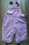 Růžové lacláče s vyšitými kytičkami. Na bocích a na kšandách zapínání na knoflíčky, v rozkroku na patentky. Zn. Jacadi, vel. 74, tenká bavlna. 70 Kč.