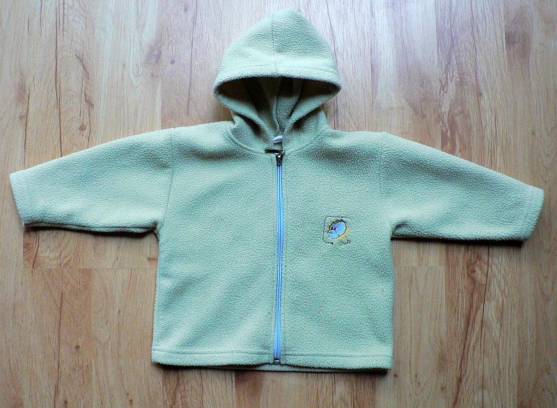 Písková mikina s kapucou. Modrý zip a výšivka na levé straně hrudi. Silnější fleece, ale nosí se příjemně. Vel. 80, 60 Kč.