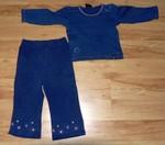 Modré tepláčky zn. Adams s vyšitými srdíčky a stříbrnými hvězdami. Bavlna, vel. 86. K tomu zdarma ladící modré triko z biobavlny s nenápadným pokusem o batiku, udávaná vel. 98, ve skutečnosti tak 86.  40 Kč.