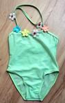 Zelené dívčí plavky v celku s aplikací kytiček. Zavazování za krkem. Směs polyamidu a elastanu. Vel. 92. Vynikající stav, 90 Kč.