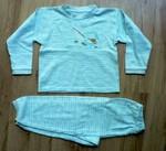 Dvojdílné bavlněné pyžamo s modrozeleným potiskem a obrázkem medvěda s udicí na hrudi. Vel. neuvedena, tipuji na 98/104. 20 Kč.