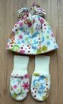 Flísový set H & M 2 - 5 let. Bílá čepice se střapcem a rukavice s veselým potiskem. Nošené, v dobrém stavu, trochu žmolky (typické pro flís), celkový dojem nicméně dobrý :-) 80 Kč