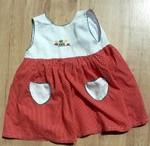 Letní šaty, kombinace bavlny a polyesteru.  Bílý vršek s výšivkou kytiček, bílé ozdobné kapsičky na cervené puntíkaté sukýnce. Udávaná vel. 18 - 24 měs. Dobrý stav, 60 Kč.