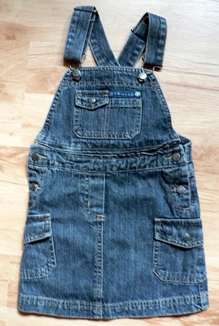 Džínové šaty s odepínacím laclem (možno nosit i jako sukni). Zajímavé řešený zadní díl - překřížené kšandy, stahovací spona. Psaná velikost na 5 let. Zn. Cyrillus. Nové, nadbytečný dárek, 200 Kč.