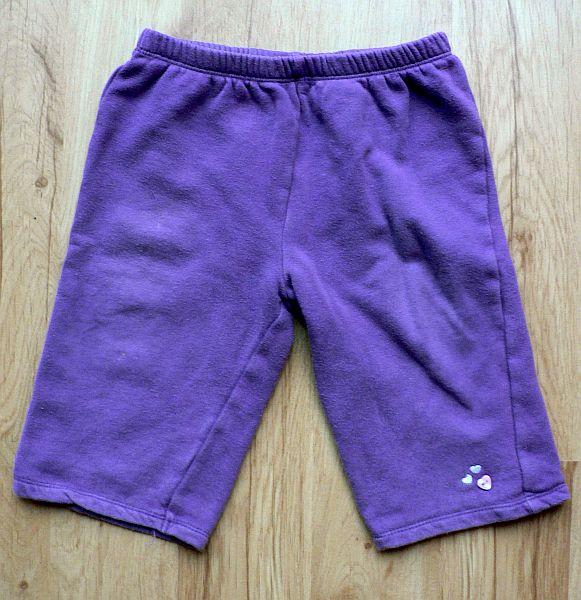 Fialové tepláčky s aplikací srdíček na levé nohavici. Bavlna, zn. Cherokee, vel. 9 - 12 měsíců. 40 Kč