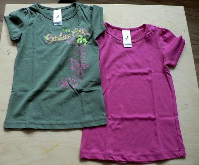 Tričko růžové a khaki s blýskavým růžovým nápisem a ornamenty. Bavlna, nové, vel. 98. 70 Kč/ks, 130 za obě.