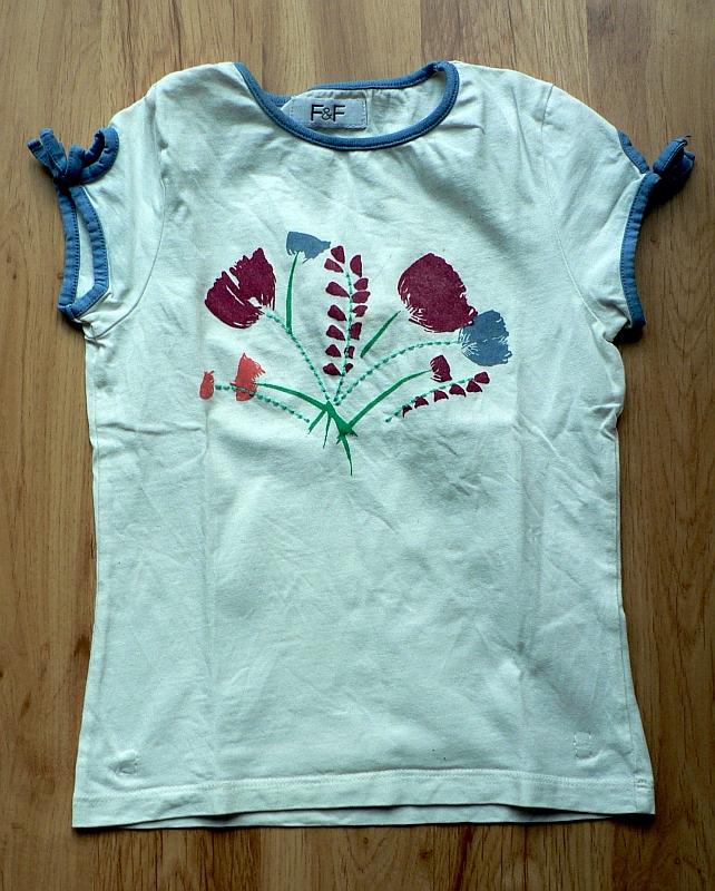 Bílé tričko s krátkými rukávky s mašličkami, květinový potisk na hrudi. Zn. F & F, vel. 122. Stav dobrý, 15 Kč.
